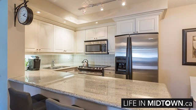 LifeInMidtown-Condos-900-MountPleasant-Kitchen4